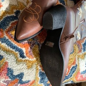 Shoes - Detailed Western Style Boots